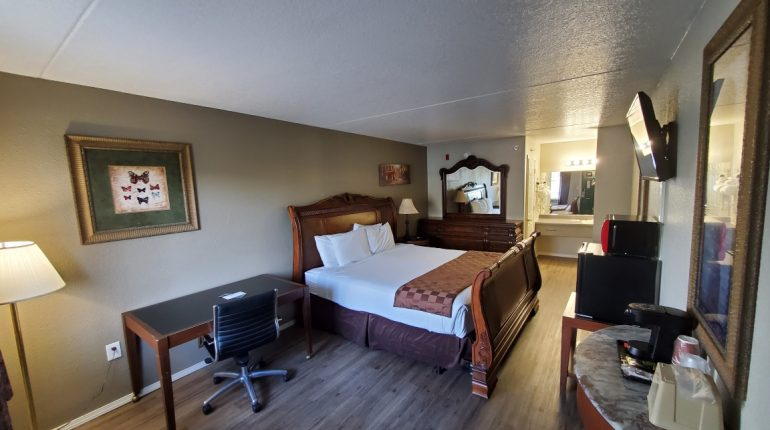 Branson King Resort King Mini Suite 4