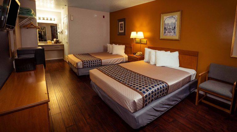 Branson King Resort Standard 2 Queen Beds 4